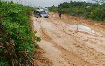 Kondisi jalan Pangkalan Bun - Kotawaringin Lama hancur, pengendara kesulitan melewati kubangan lumpur di jalan tersebut.
