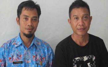 Kepala Desa Sungai Undang, Tri Arisusilo (kiri baju batik) bersama rekannya Gajali Rahman (kanan).