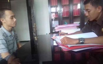 Michael Hizkia Eman saat diperiksa JPU Kejari Kotim Bayu Utomo, Kamis (2/3/2017).