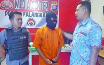 Kasat Reskrim Polres Palangka Raya AKP Ismanto Yuwono saat mengintrogasi tersangka.