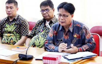 Kepala Bagian Bina Sarana Perekonomian Setda Kalteng Suryadi menjelaskan beberapa komoditas pemicu inflasi saat pertemuan TPID, Kamis (2/3/2017).