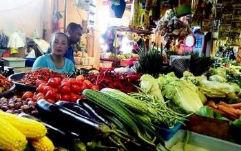 Seorang pedagang di Pasar Kahayan sedang menunggu pembeli