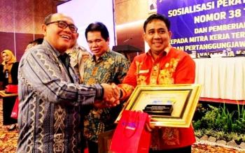 Rektor IAIN Palangka Raya, Ibnu Elmi AS Pelu menerima penghargaan sebagai terbaik I pengelolaan dan pertanggungjawaban keuangan dari Kepala Kanwil DJPBN Kalteng Irwan Ritonga, Kamis (2/3/2017)