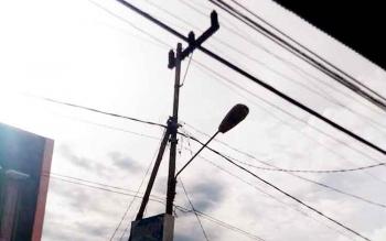 Jaringan listrik di Kuala Kurun ibu\\\\kota Kabupaten Gunung Mas, sementara masyarakat Tumbang Rahuyan mendambakan listrik PLN