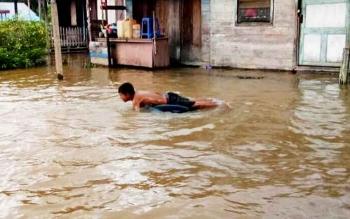 Warga di Aruta mulai terendam banjir.