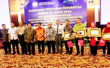 Para pejabat foto bersama seusai menerima penghargaan