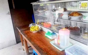 Salah satu warung makan kecil di Palangka Raya. Pemiliknya, Titin mengeluhkan harga cabai yang kian tinggi