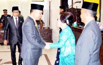 Ida Lampang mendapat ucapan selamat dari anggota DPRD lainnya usai dilantik, Kamis (2/3/2017).