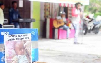 Sejumlah musisi dan pemuda Kobar melakukan penggalangan dana di sekitar lampu merah Sampuraga Lama.