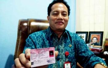 Kepala Disdukcapil Kabupaten Barito Utara Ledianto menunjukkan bentuk Kartu Identitas Anak.