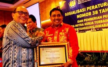 Rektor IAIN Palangka Raya Ibnu AS Pelu saat menerima Penghargaan yang diserahkan Kepala Kanwil DJPBN Kalteng, Irwan Ritonga, Kamis (2/3/2017)