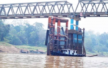 Tiang fender Jembatan KH Hasan Basri yang tertabrak tongkang batu bara, beberapa waktu lalu.