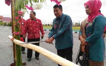 Kajari Gumas yang baru Koswara melaksanakan ritual Potong Pantan di halaman Kantor Pemkab Gumas, Jumat (3/3/2017).