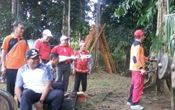 Bupati Ahmad Yantenglie didampingi sejumlah pejabat Pemkab Katingan, seperti Sekda Nikodemus saat memainkan alat musik tradisional Dayak di Dusun Betung Kecamatan Katingan Hilir, Jumat (3/3/2017) pagi ini.