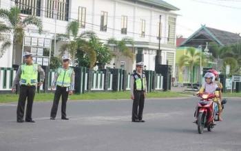 Personel Satlantas Polres Seruyan saat mengatur arus lalu lintas di Jalan Ahmad Yani Kuala Pembuang, Jumat (3/3/2017).