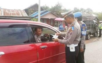 Kasat Lantas Polres Barito Selatan AKP Anang Hardiyanto memeriksa kelengkapan surat kendaraan serta identitas polisi dalam Operasi Simpatik yang berlangsung Jumat (3/3/2017).