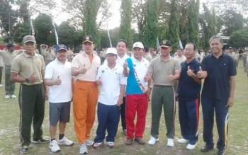 Head of Media Tanjung Lingga Group, Yohanes S Widada (kanan) foto bersama Danrem 102/Pjg Kolonel Arm M Naudi Nurdika (tiga dari kanan) dan sejumlah anggota TNI plus PWI, Jumat (3/3/2017)