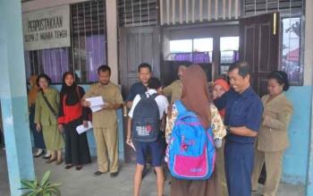 Sejumlah pelajar SMPN 2 Muara Teweh berjabat tangan dengan beberapa guru