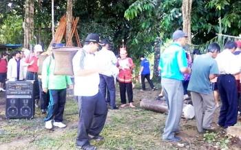 Bupati Ahmad Yantenglie bersama puluhan warga Dusun Betung, Jumat (3/3/2017).
