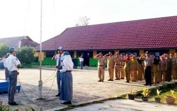 SMKN 1 Sukamara saat melaksanakan upacara bendera dihalaman sekaloh beberapa waktu lalu.