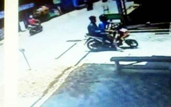 Salah satu adegan di CCTV yang memperlihatkan upaya dua remaja menggunakan motor untuk mencuri helm disalah satu rumah yang ada di Jalan Ahmad Yani, Puruk Cahu, Jumat (3/3/2017)