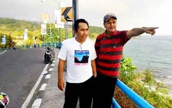 Yusuf Kalem (kanan) bersama temannya saat di pinggir pantai