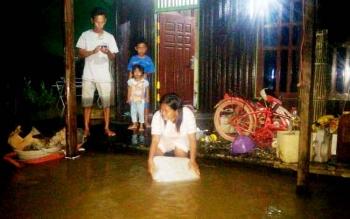 Warga Desa Sukarami rumahnya terendam banjir sejak dua hari yang lalu.