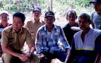 Bupati Barito Utara Nadalsyah didampingi Kepala Dinas PUPR Ferry Kusmiadi bersama kepala Desa Sabuh dan Lurah Jambu meninjau lahan untuk pertanian jagung, Jumat (3/3/2017).