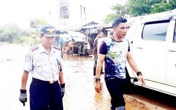 Bupati Kotim Supian Hadi dan Kepala Dinas Perhubungan Kotim Fadlian Noor saat meninjau ruas Jl Jendral Sudirman Km 4 yang digenangi air.