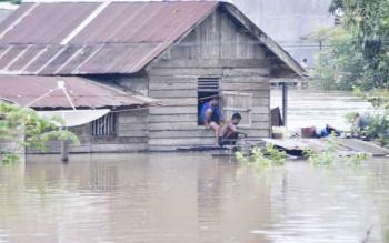Warga tidak bisa beraktivitas di luar rumah, karena ketinggian air mencapai 1 meter