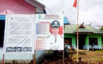 Baliho publikasi program dana desa di Desa Mintin.