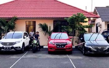Deretan mobil mewah di halaman kantor Kejaksaan Negeri Kapuas hasil sitaan Tim Pidana Khusus Kejaksaan Kapuas, dari Cornedy tersangka uang tunjangan daerah.