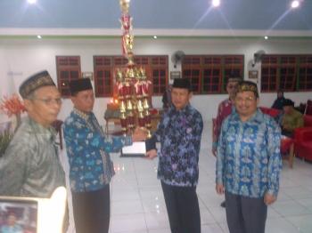 Sekda Barito Selatan Edi Kristianto menyerahkan piala bergilir kepada panitia STQ ke XXI tingkat Kabupaten Barito Selatan, Jumat (3/3/2017) malam.