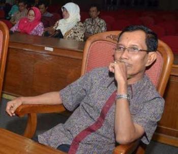 Otjim Supriatna, tersangka kasus korupsi proyek senilai Rp3,257 miliar yang bersumber dari DAK DR 2001 di Dinas Kehutanan Kabupaten Kotawaringin Timur.