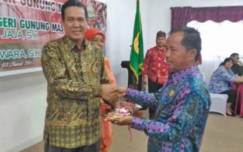Anggota DPRD Kabupaten Gunung Mas Polie L Mihing (kanan) memberikan cenderamata kepada mantan Kajari Gumas Jaja, Jumat (3/3/2017).