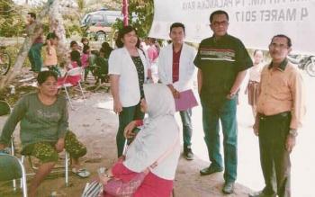 Ketua DPRD Kota Palangka Raya, Sigit K Yunianto (kedua kanan) memantau pelaksanaan pengobatan gratis di TPA km 14.