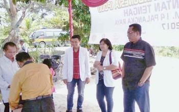 Ketua DPRD Kota Palangka Raya Sigit K Yunianto (kanan) saat meninjau pengobatan gratis oleh PDUI.