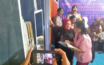 Rombongan Kemenpan-RB dan Kapolda Kalteng melihat-lihat koleksi buku yang ada di Pondok Baca Pospolair Kumai.
