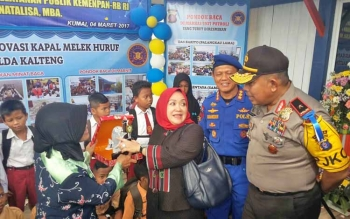 Kapolda Kalteng Brigjen Anang Revandoko berbincang dengan perwakilan Kemenpan-RB saat menerima cinderamata.