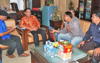 Wakil Bupati Barut Ompie Herby saat diwawancarai oleh beberapa awak media
