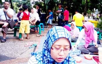 Anak punk sedang mengamen di jalanan Yos Sudarso, berharap imbalan warga yang asik menikmati makanan