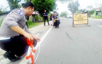 Petuas Unit Laka Satlantas Polres Palangka Raya melakukan olah TKP di lokasi kecelakaan, Minggu (5/3/2017) pukul 13.00 WIB.
