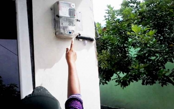 Seorang warga Kasongan menunjukkan meteran listrik berdaya 900 watt di rumahnya.
