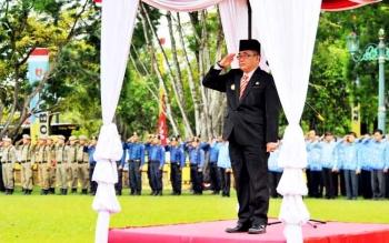 Pejabat Bupati Kobar Nurul Edy saat menjadi inspektur upacara di halaman Kantor Bupati setempat.
