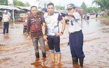Supian Hadi saat meninjau banjir di Jalan Sudirman Km 4 Sampit, belum Lama Ini. Banjir terjadi kibat Drainase tertutup sampah.