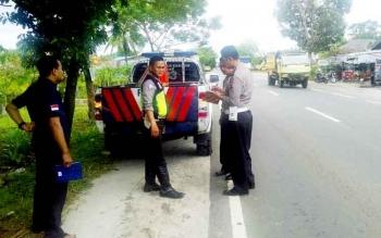 Anggota Unit Laka Satlantas Polres Palangka Raya hendak melakukan olah TKP di lokasi kejadian, Minggu (5/3/2017).