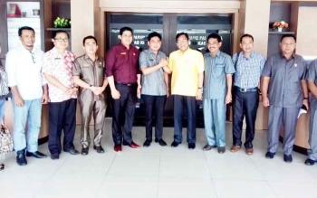 H Supriadi (baju kuning) Ketua DPD II Golkar Kotim saat bertandang ke DPRD Kotim beberapa waktu lalu.