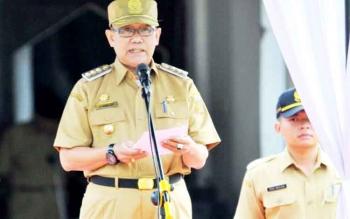 Pejabat Bupati Kobar Nurul Edy saat membacakan sambutan dalam apel yang digelar di halaman Kantor Bupati setempat.