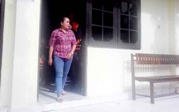 Bandar besar zenith di Kotim Dewi Wanti, yang berhasil diamankan Polisi beberapa waktu lalu, saat jalani sidang di Pengadilan Negeri Sampit.
