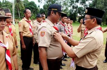 Sekretaris Kwartir Cabang Gerakan Pramuka Kapuas, Suwarno Muriyat menyematkan tanda jabatan kepada Sekretaris Kecamatan Tamban Catur, Yoab
